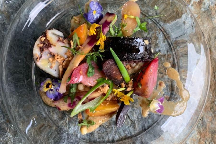 Bar rôti aux légumes anciens, olives noires de kalamata et béarnaise d'artichaut